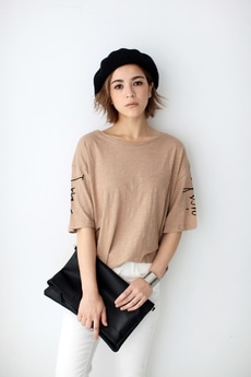 【AZUL by moussy】スリーブ筆記体ロゴT