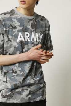 【AZUL by moussy】カモフラ総柄ARMYプリントVネック半袖T